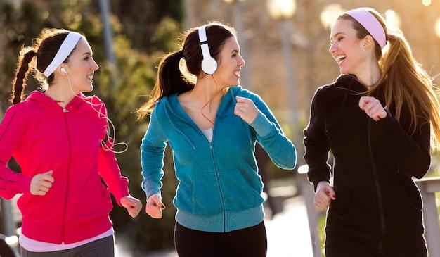 Spazio ridere esercizio felice marciapiede