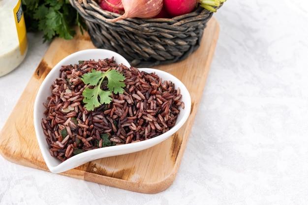 Spazio riso rosso biologico con sfondo di cibo vegetale