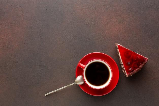 Spazio rosso della copia del caffè e della torta
