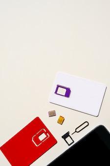 Spazio rosso della copia del telefono del gsm del fondo bianco dello slot di carta sim
