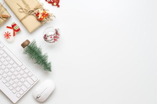 Spazio ufficio con decorazioni natalizie
