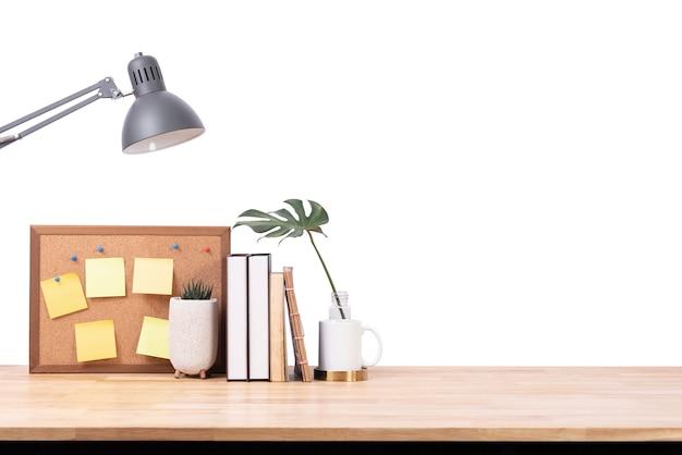 Spazio vuoto dello scrittorio di legno sopra fondo bianco