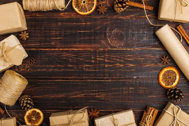 Spazio vuoto per il testo in mezzo a doni di arancia essiccata, cannella, pigne