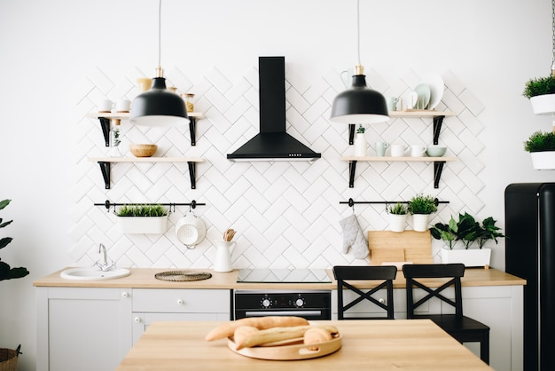 Spaziosa cucina loft scandinava moderna con piastrelle bianche. stanza luminosa. interni moderni.