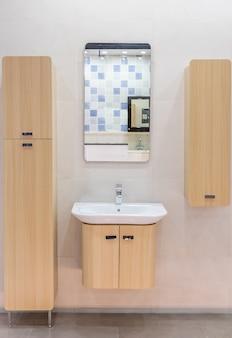 Spazioso bagno moderno con piastrelle luminose con wc e lavandino. vista laterale