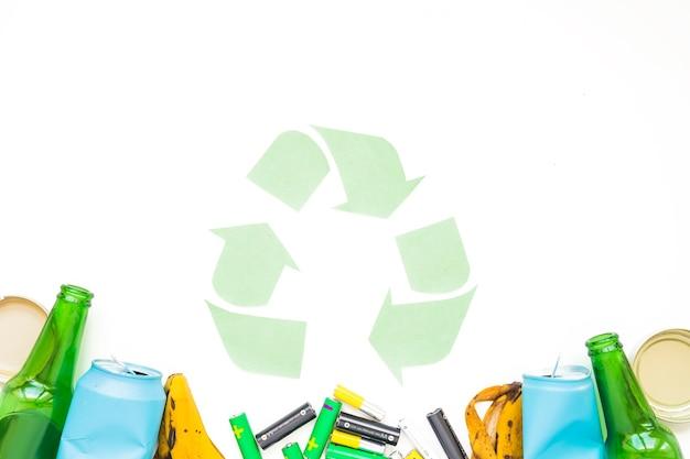 Spazzatura con segno di carta riciclata