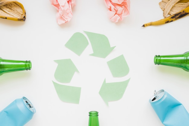 Spazzatura con simbolo di carta riciclata