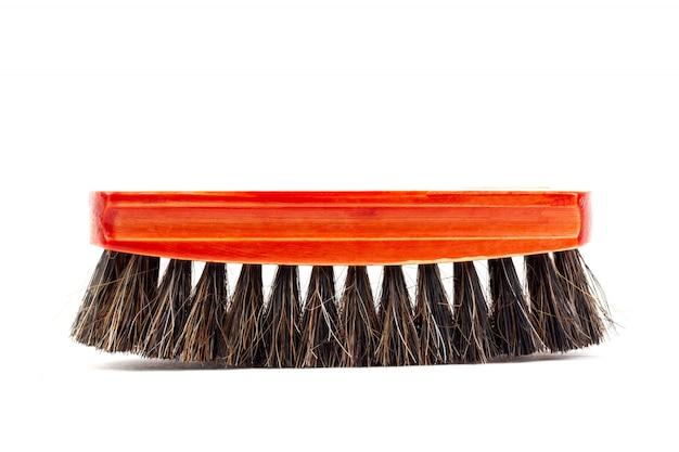 Spazzola con la maniglia di legno rossa per i vestiti o le scarpe di pulizia isolati