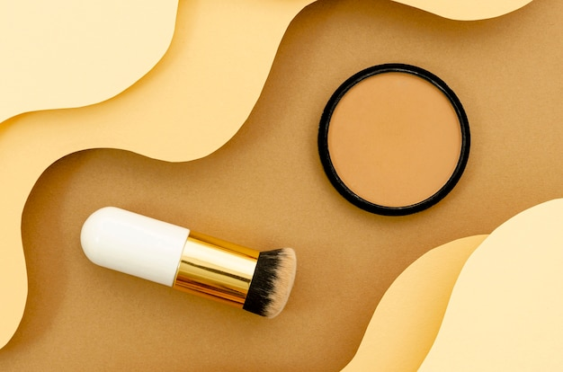 Spazzola e polvere su fondo beige