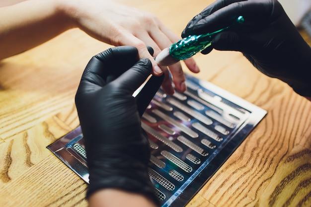 Spazzola universale realizzata in un salone per unghie con setole naturali.