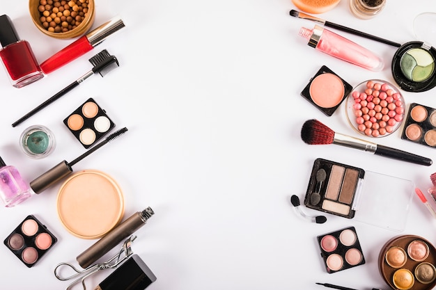 Spazzole e cosmetici isolati su uno sfondo bianco