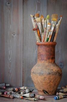 Spazzole e vernici dell'artista