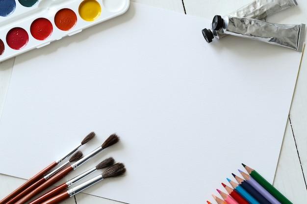 Spazzole, matite e acquerelli, sfondo vista dall'alto