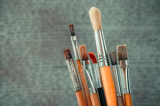 Spazzole nello studio dell'artista