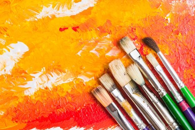 Spazzole su pittura astratta