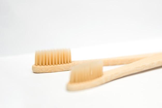 Spazzolini da denti di bambù isolati su sfondo bianco