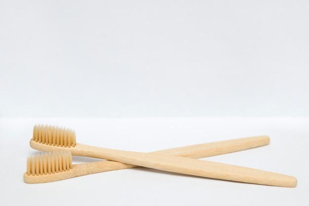 Spazzolini da denti di bambù isolati sul bianco