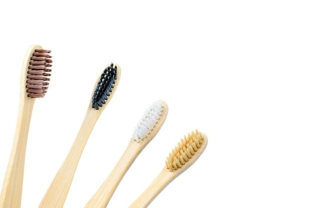 Spazzolini da denti fatti di bambù su bianco