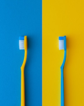 Spazzolini da denti gialli e blu