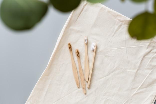 Spazzolini da denti in bambù naturale eco su stoffa