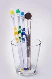 Spazzolini da denti in un bicchiere