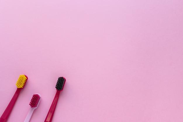 Spazzolini da denti sul rosa
