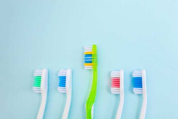 Spazzolini da denti sulla superficie blu