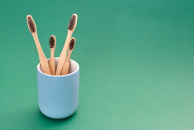 Spazzolini in bambù di varie dimensioni con supporto in ceramica blu