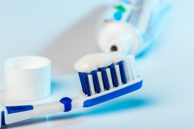 Spazzolino da denti con dentifricio