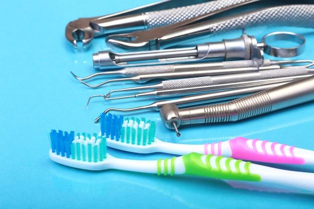 Spazzolino da denti cure odontoiatriche con strumenti del dentista su sfondo specchio. messa a fuoco selettiva.