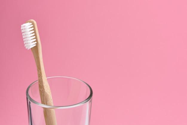Spazzolino da denti di bambù in un bicchiere