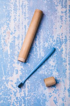 Spazzolino da denti di bambù su fondo di legno blu