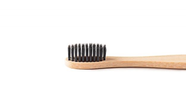 Spazzolino da denti di legno su fondo bianco isolato. il concetto di zero rifiuti, riciclaggio, coscienza ambientale, responsabilità sociale ambientale