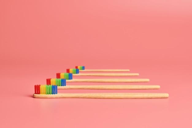 Spazzolino da denti in bambù eco. strumento per la cura personale per proteggere la cavità orale, rimuovere la placca e il tartaro.