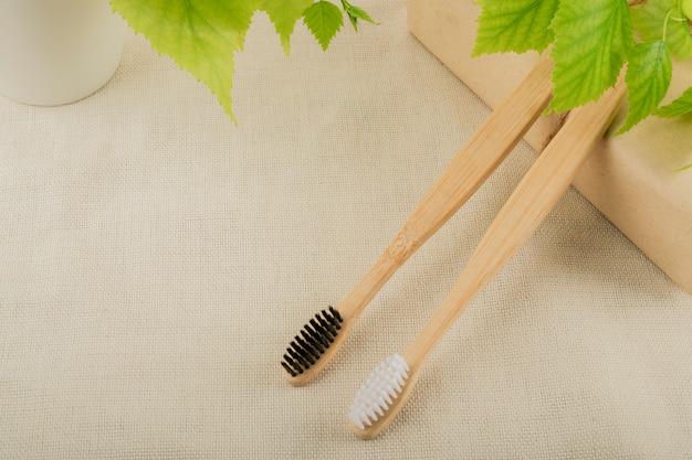 Spazzolino da denti in bambù ecologico. sfondo pastello zero sprechi, vita senza plastica.