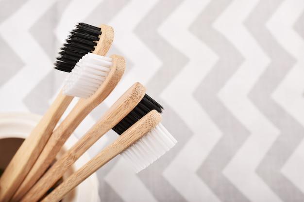 Spazzolino da denti in bambù ecologico. zero sprechi, vita senza plastica.