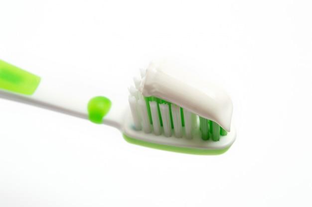 Spazzolino da denti verde su un bianco
