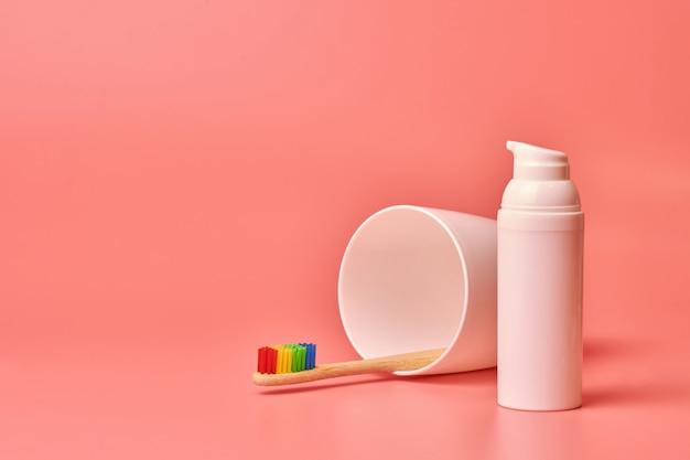 Spazzolino ecologico e crema per il viso. strumento di cura personale per proteggere la cavità orale e la cura del viso.