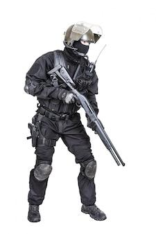 Spec ops soldato con il fucile a fuoco