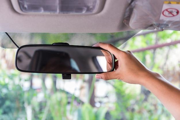 Specchietto retrovisore regolabile a mano da donna.