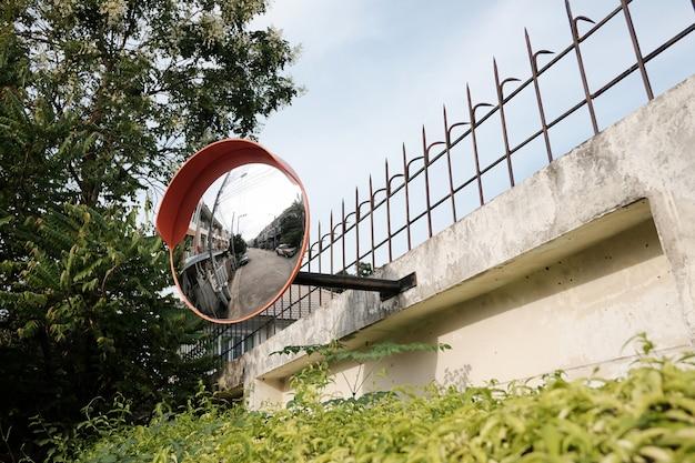 Specchio di traffico sul muro all'incrocio o curva della strada
