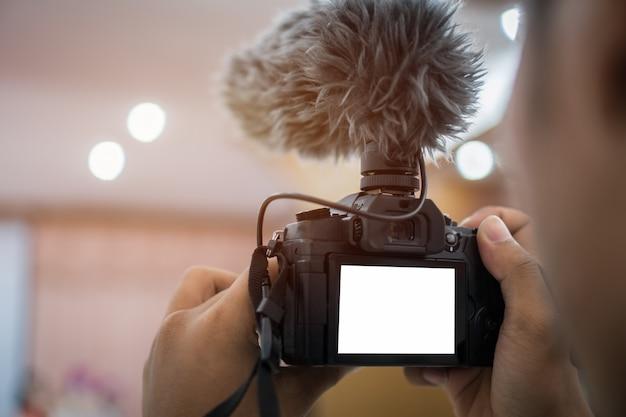 Specchio digitale video o professionale in meno sul treppiede per la registrazione della videocamera