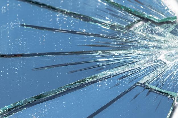 Specchio rotto in molti pezzi