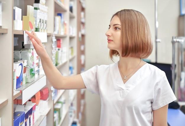 Specialista che lavora nell'industria farmaceutica.