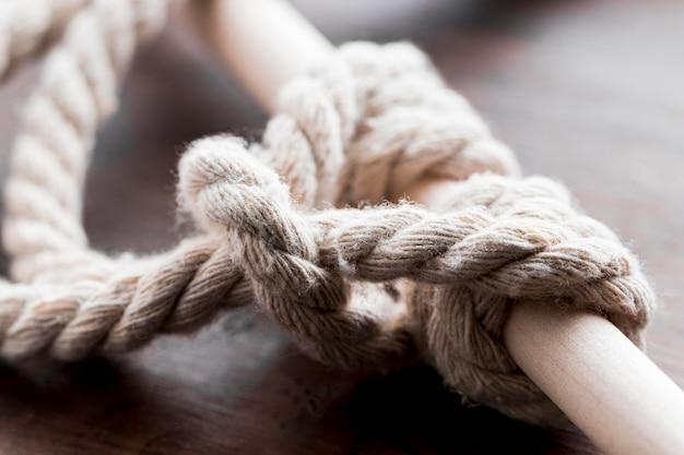 Spedica il nodo bianco delle corde legato su un primo piano della barra