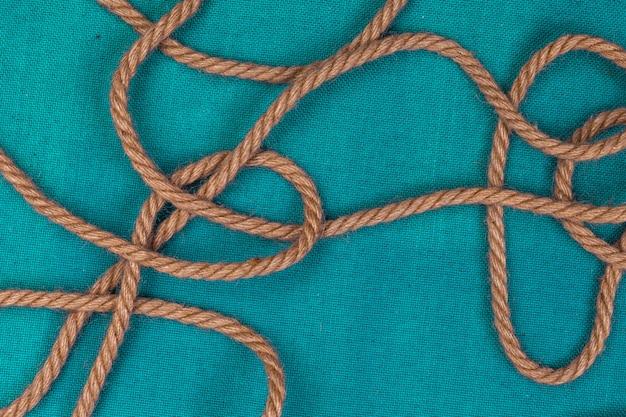 Spedisca la corda su fondo blu, vista superiore con lo spazio della copia
