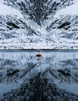 Spedisca la crociera sulla montagna vigorosa in valle sull'inverno