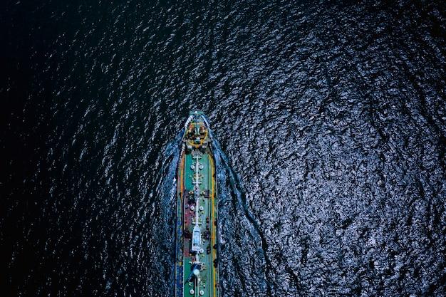 Spedizione di carico olio cisterna servizio import export internazionale di trasporto business mare aperto durante la notte