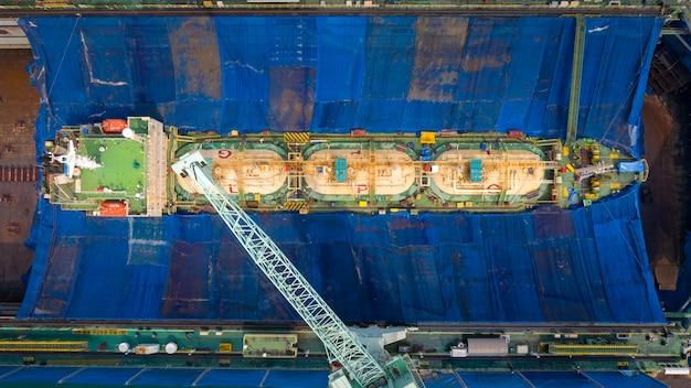 Spedizione di petrolio per riparare cantiere navale sul mare