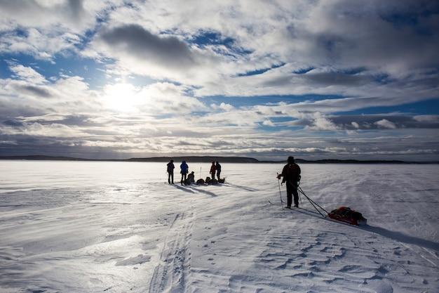 Spedizione sciistica nel lago inari, lapponia, finlandia